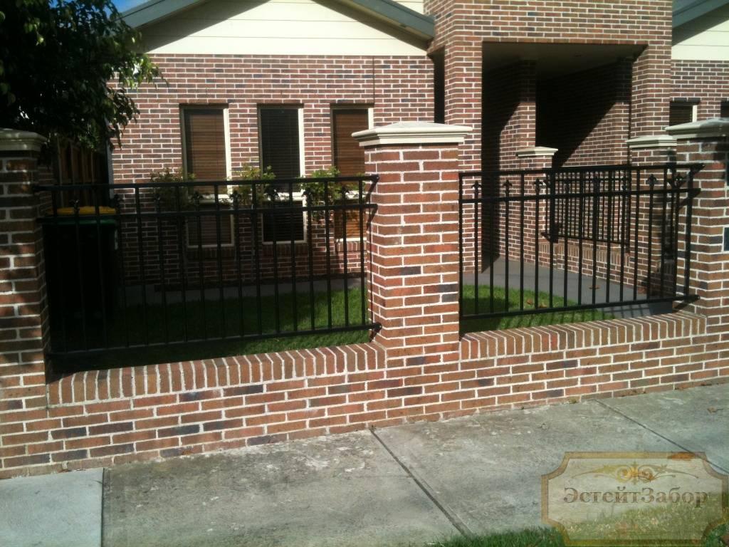 Забор со столбами из кирпича шестеренчатый привод для откатных ворот